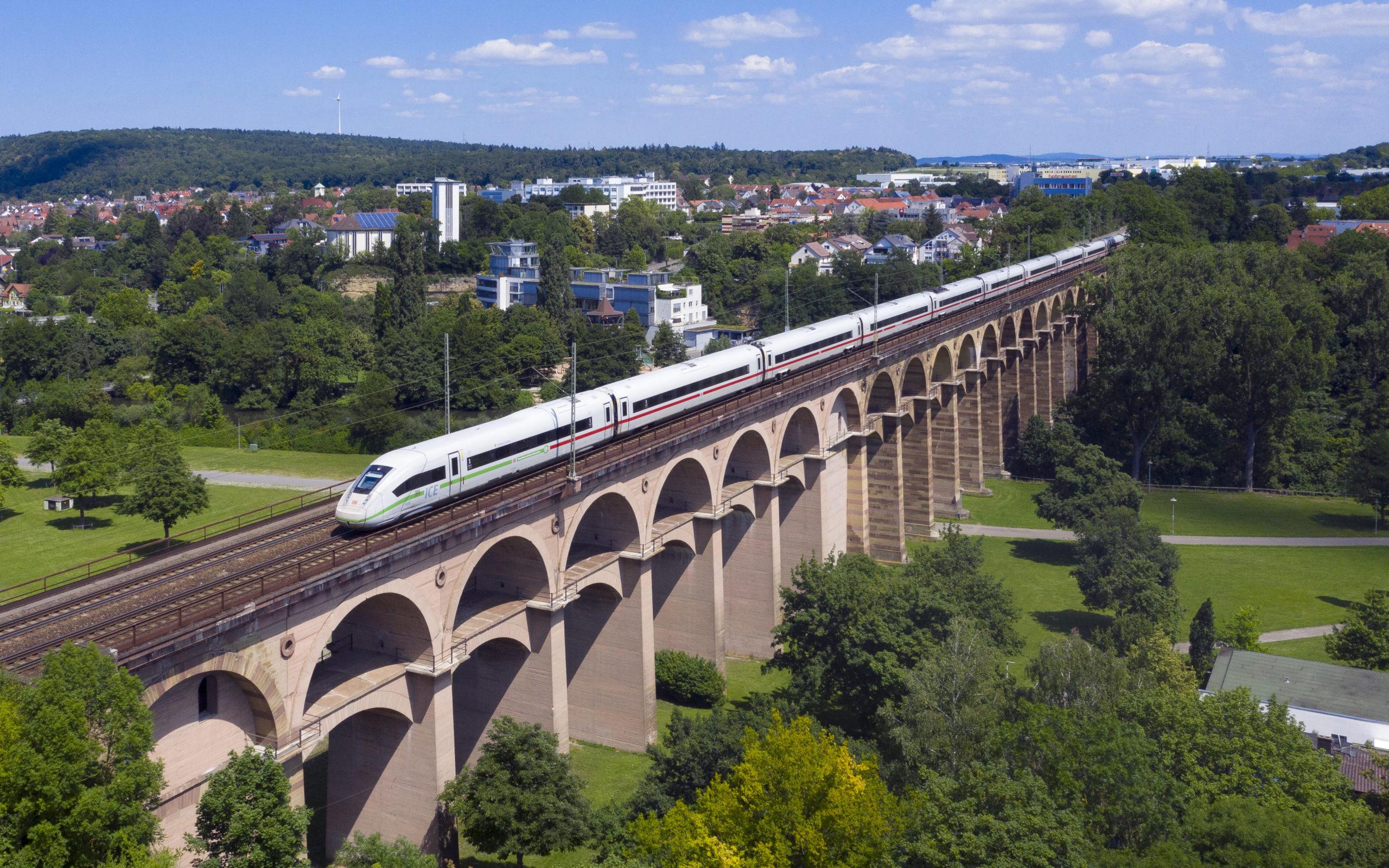 Ein ICE 4 auf dem Bietigheimer Eisenbahnviadukt