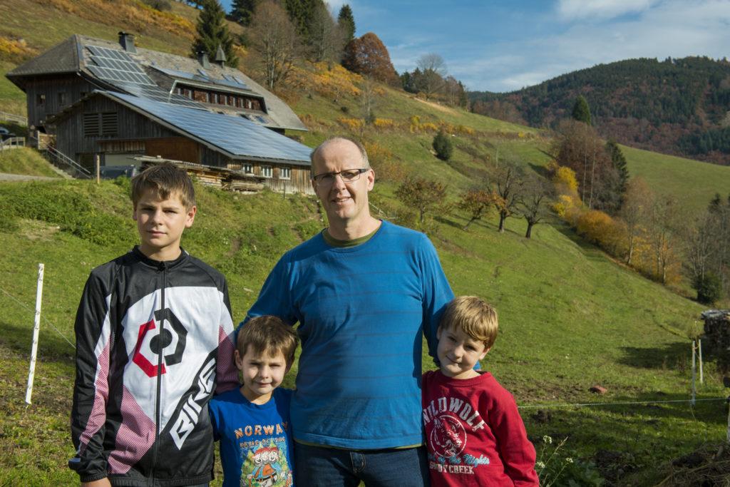 Solardachfamilie im Schwarzwald mit Photovoltaik-Anlage auf dem Scheunendach im Schwarzwald (Foto: EWS)