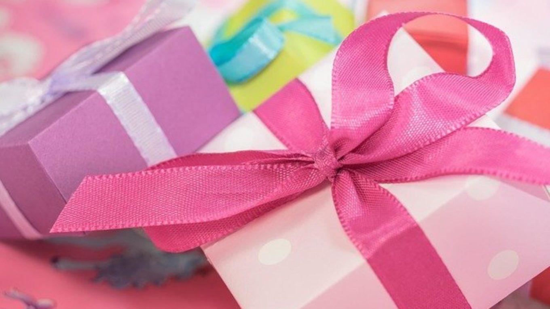 Päckchen in Geschenkpapier und mit Schleife