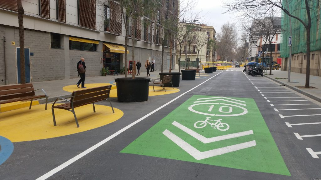 In Barcelona hat die Stadt in Wohnquartieren die Straße für Radfahrer und Fußgänger reserviert