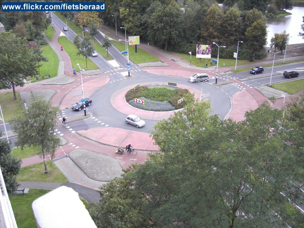 Geschützter Kreisverkehr für Radfahrer in den Niederlanden