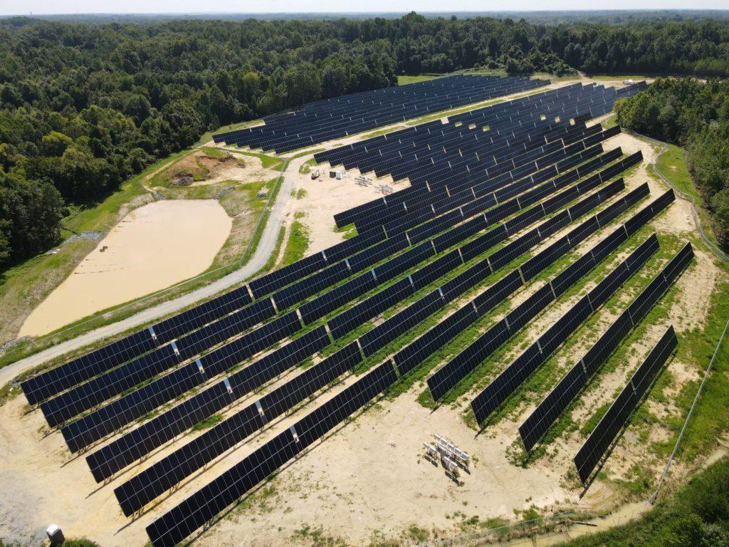"""Blick aus der Vogelperspektive auf Solarpark """"White Street"""" in North Carolina"""