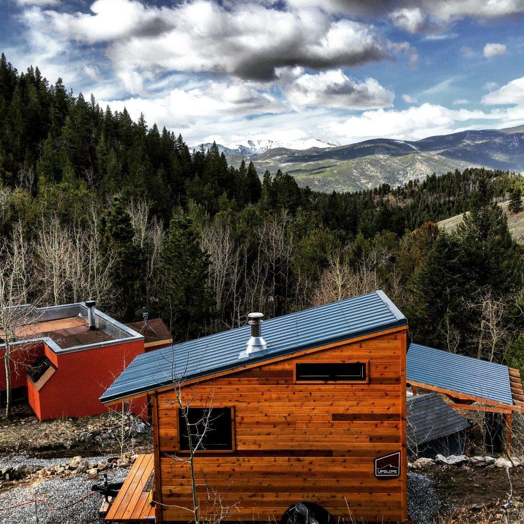 Minihäuser in der Wildnis der Rocky Mountains