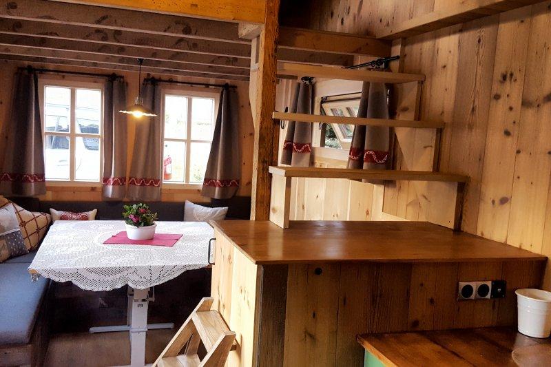 Holzhaus aus Tirol. Blick ins Wohnzimmer