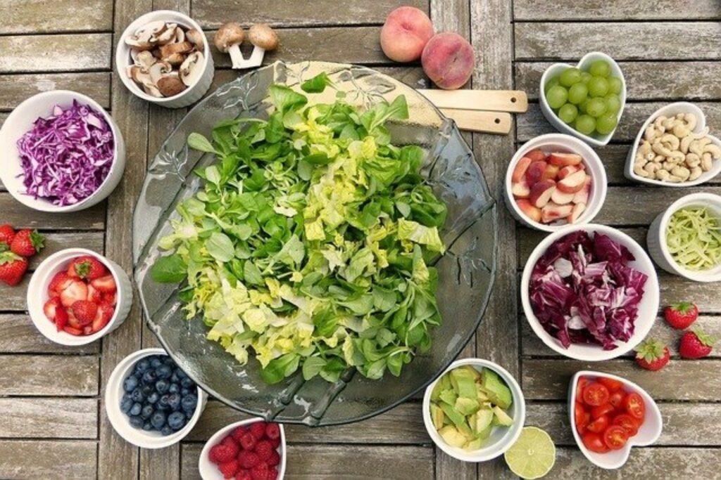 Auswahl an vegetarischen Genüssen auf Schüsseln aufgeteilt