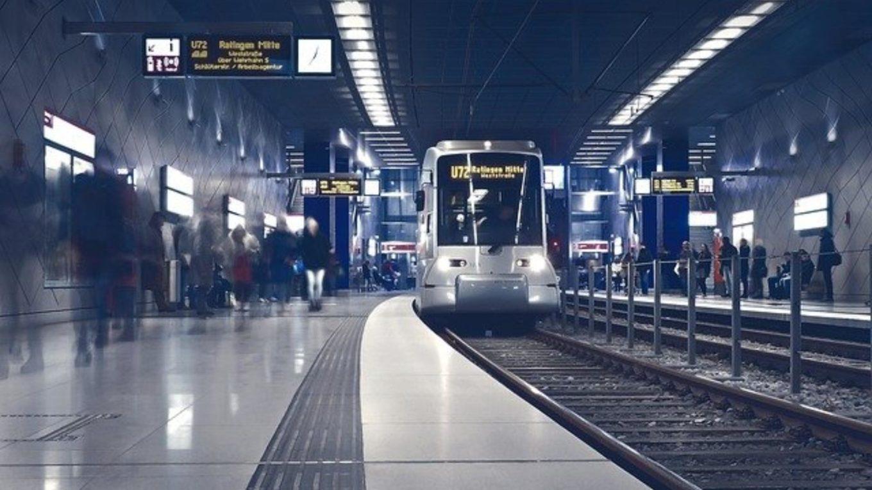 Straßenbahn fährt ein in unterirdische Haltestelle