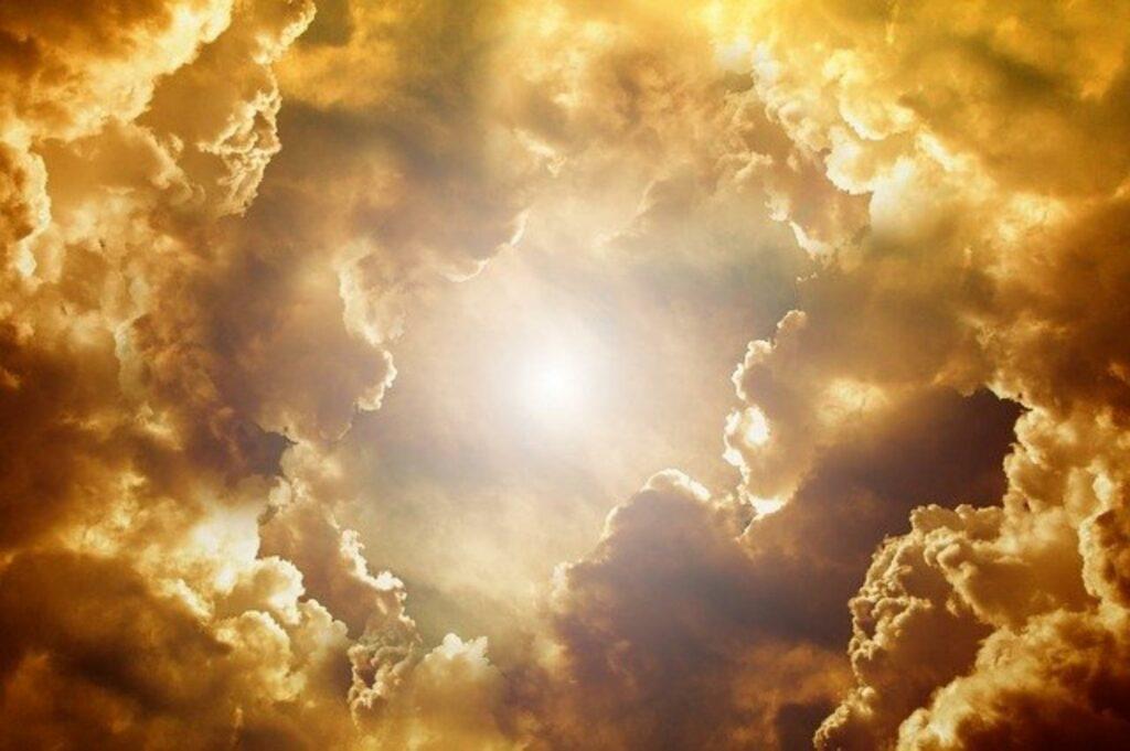 Sonne lugt durch Wolkendecke