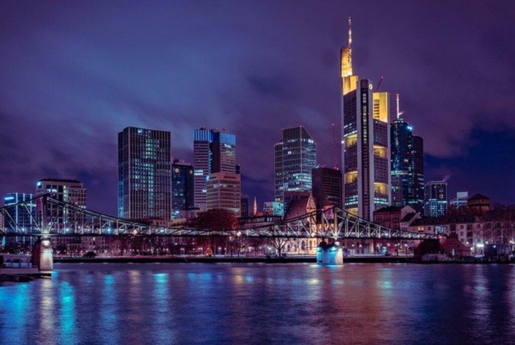 nächtliche Skyline von Frankfurt am Main