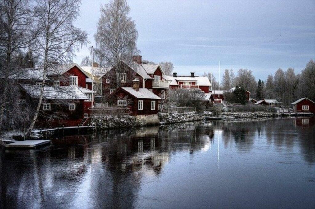 Verscheite Winterlandschaft an einem schwedischen See