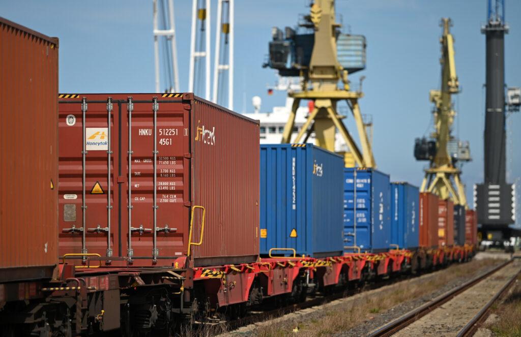 Beladung einer Güterzugs mit Containern im Rostocker Hafen