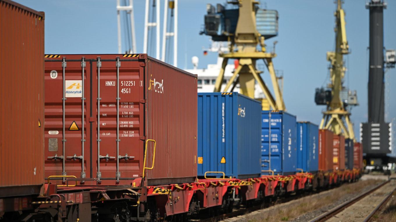 Beladung eines Güterzugs mit Containern im Rostocker Hafen
