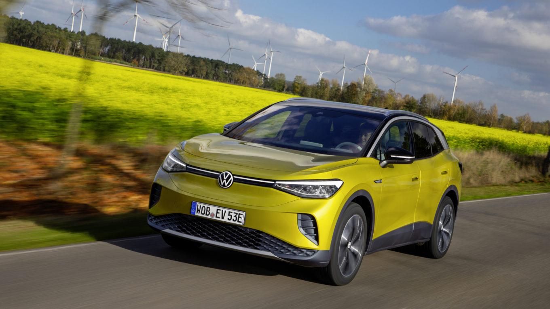 VW-Elektroauto ID.4 fährt über Land