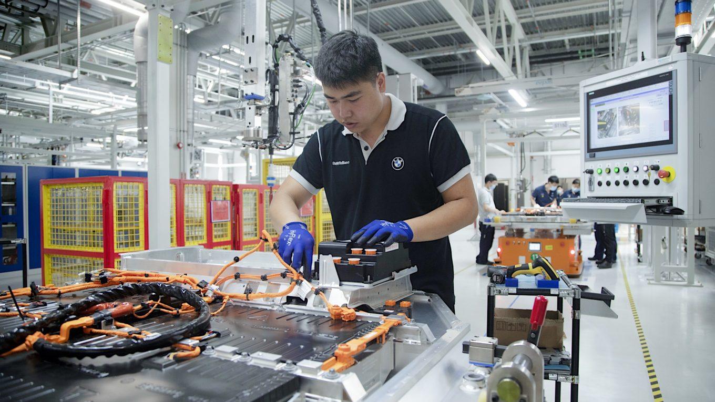 Prüfung einer Hochvoltbatterie für E-Autos in chinesischem BMW-Werk
