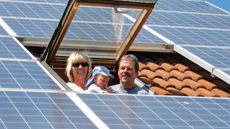 solares Dachkraftwerk, fröhliche Hausbesitzer