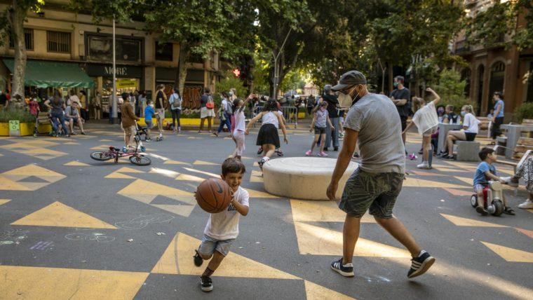 grüne Spieloase für Vater und Sohn in einem Wohnquartier von Barcelona