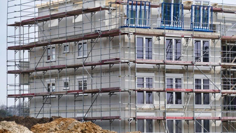 eingerüstetes neu entstehendes Mehrfamilienhaus