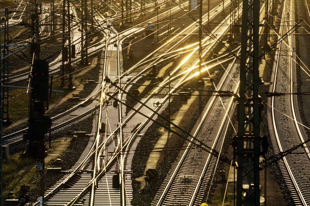 Gleisanlagen der Bahn im Gegenlicht