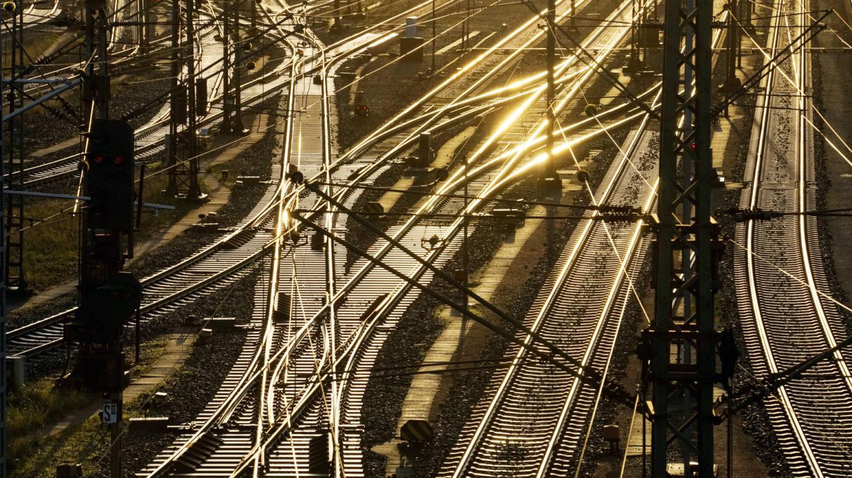 Schienenanlagen der Deutschen Bahn im Gegenlicht