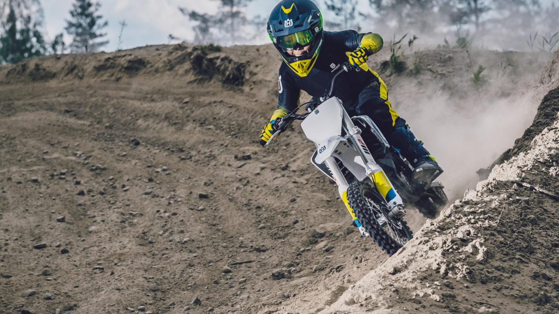Fahrer eines elektrischen Motorcross-Zweirads im Gelände