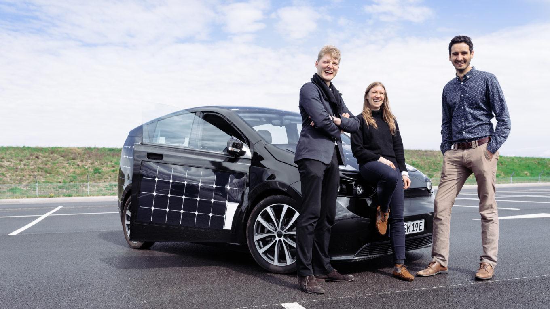 Sono-Motors-Gründer mit Prototyp ihres Solar-Elektroautos