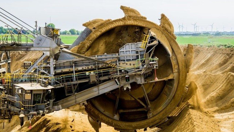 Riesenschaufel fräst Braunkohle aus Tagebau