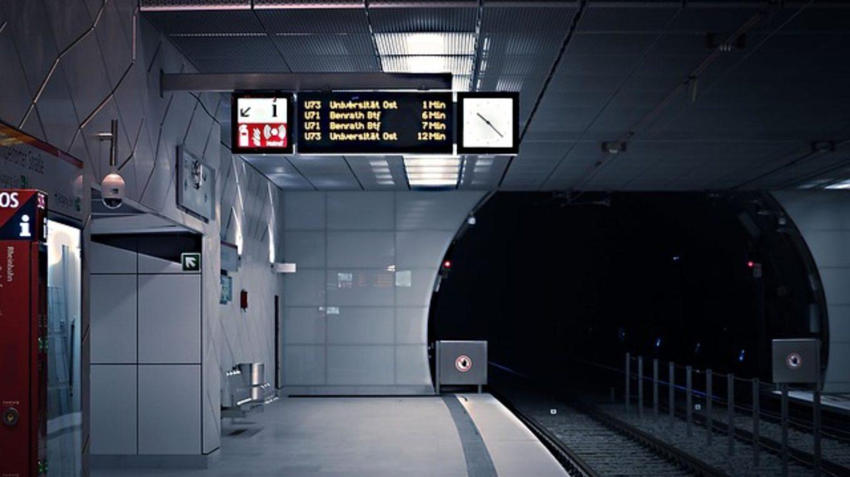 U-Bahn-Station mit elektronischer Abfahrtstafel