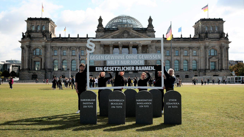 Protestaktion für ein Lieferkettengesetz vor dem Berliner Reichstag