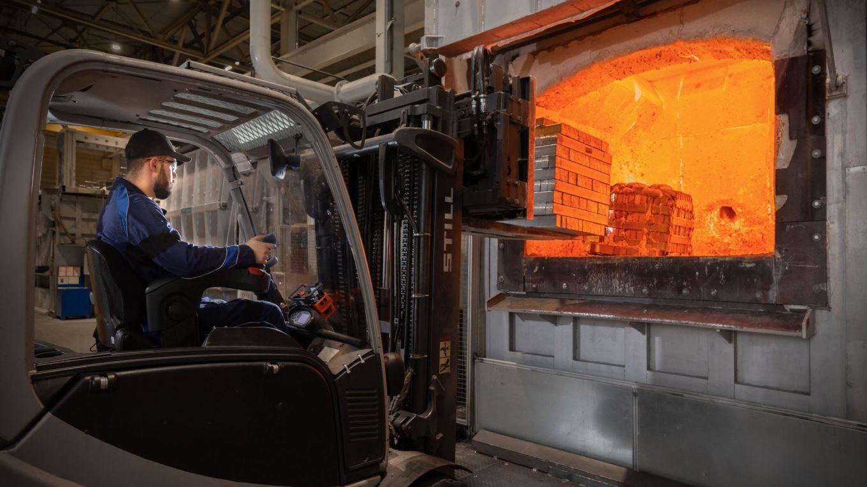 Aluschmelze in Landshuter Leichtmetallgießerei - Befüllung eines Schmelzofens