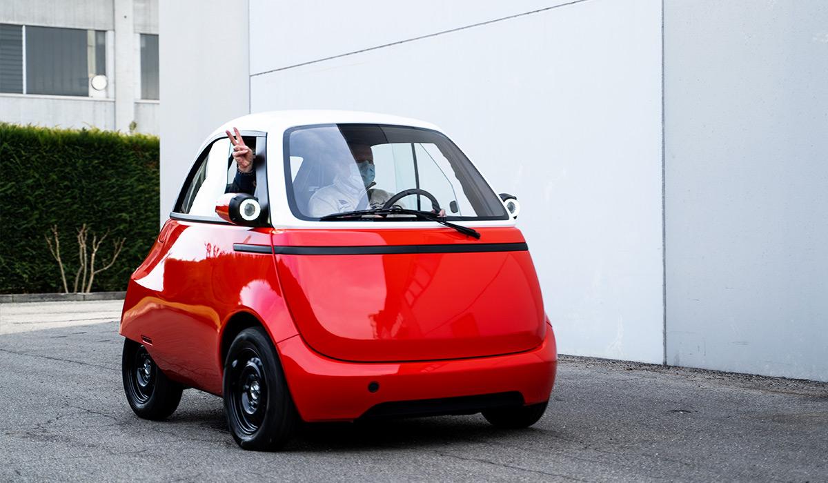 Prototyp des Schweizeer Elektro-Zweisitzers Microlino auf Probefahrt