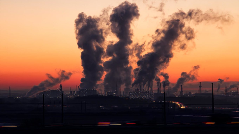 Verrauchter Himmel über Kraftwerk