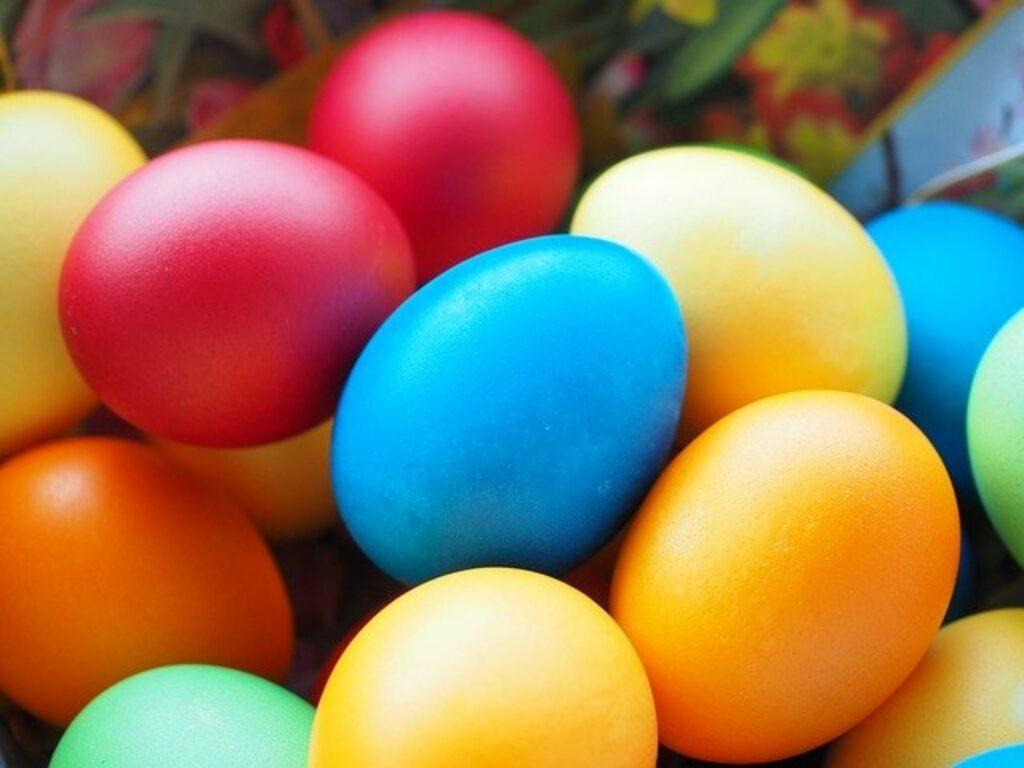 Osternest gefüllt mit gefärbten Eiern