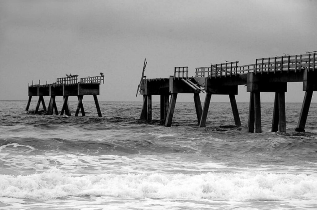 Vom Sturm zerstörter Steg ins Meer