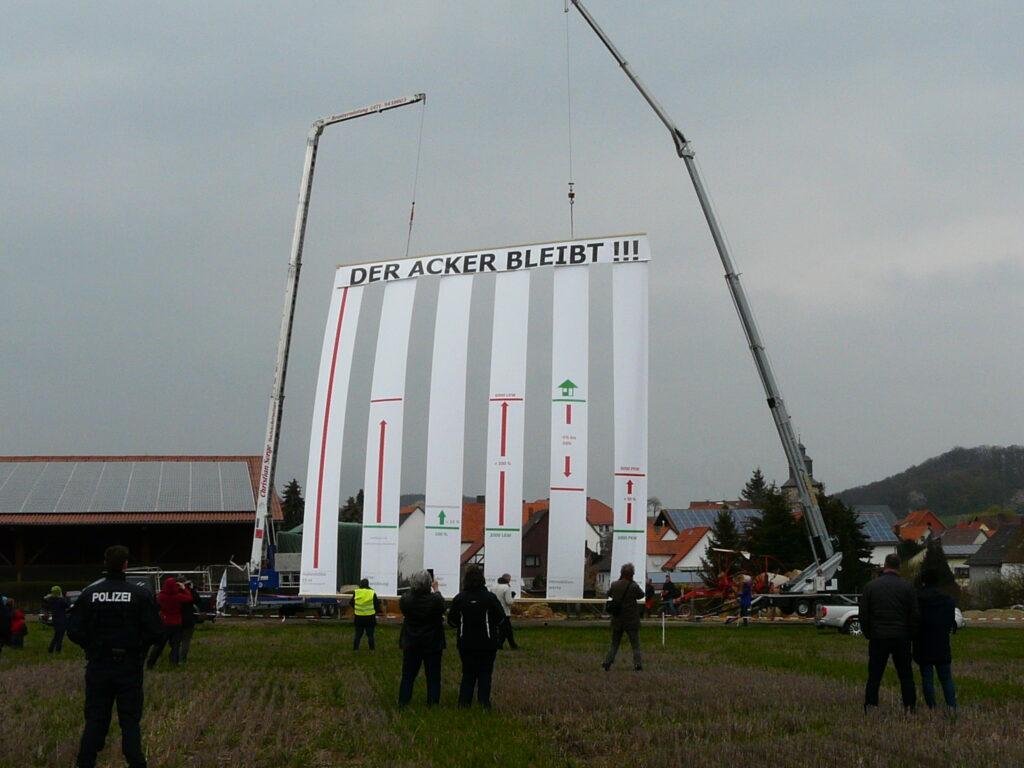 Bürger protestieren gegen den geplanten Bau eines riesigen Logistikzentrums in Nordhessen