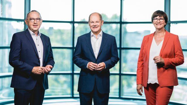 SPD-Kanzlerkandidat Olaf Scholz (M.), Parteicherfs Saskia Esken und Norbert Walter-Borjans
