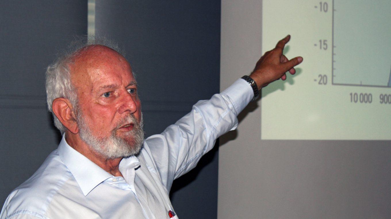 Umweltforscher Ernst Ulrich von Weizsäcker hält einen Vortrag