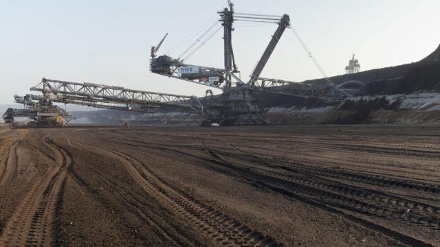 Riesenbagger durchfurchen das Erdreich im RWE-Tagebau Hambach nach Braunkohle