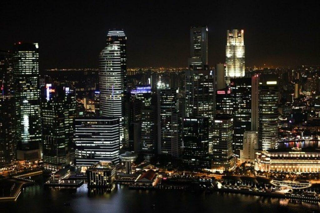 nächtliche Skyline von Singapur
