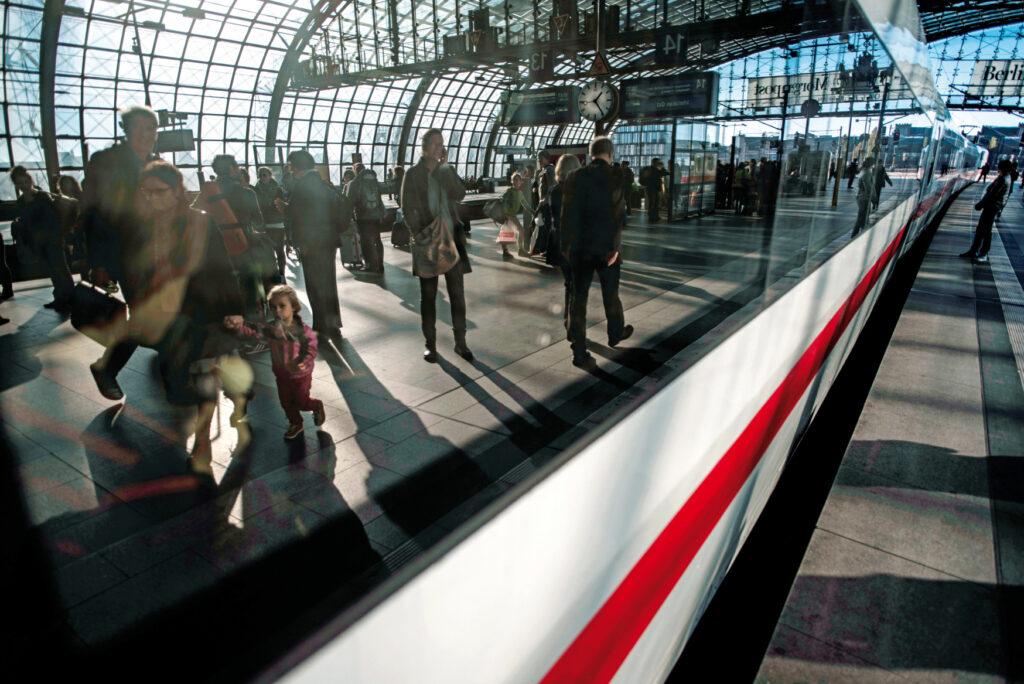 Reisende spiegeln sich in den Seitenscheiben eines ICE im Berliner Hbf