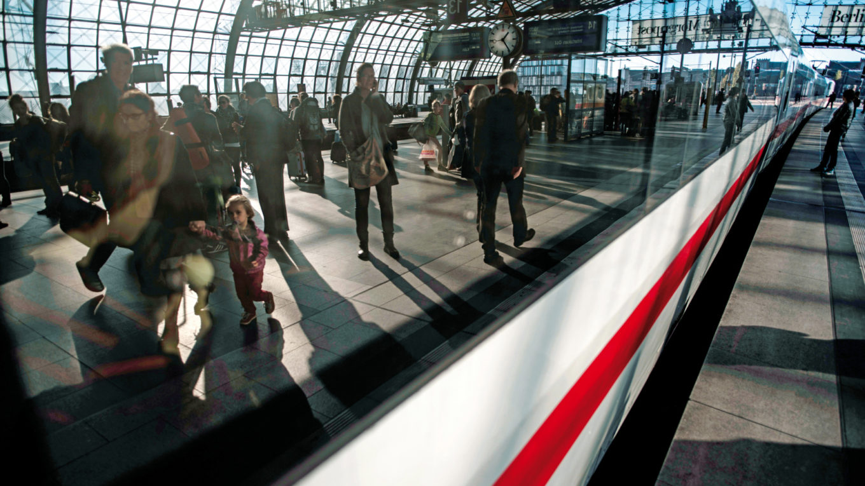 Bahnreisende am Berliner Hauptbahnhof