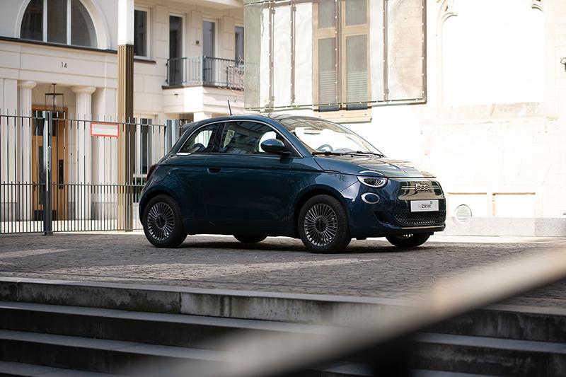 geparkter Elektro-Pkw von Fiat
