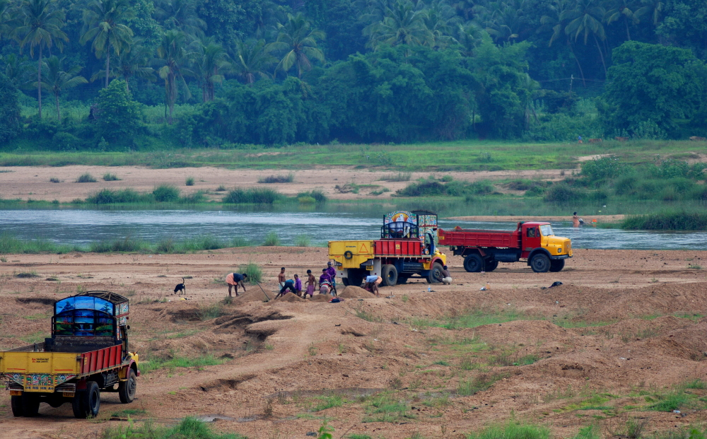 Per Lkw transportieren Arbeiter den Sand aus einem Fluß im indischen Bundesstaat Kerala ab