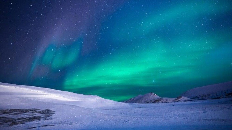 Polarlichter über arktischem Eis