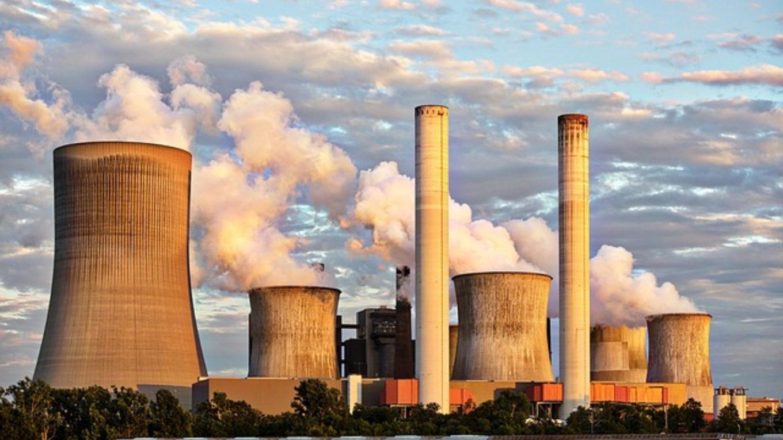 Qualmende Schlote eines Kohlekraftwerks