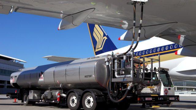 Betankung eines Flugzeugs mit grünem Spritz