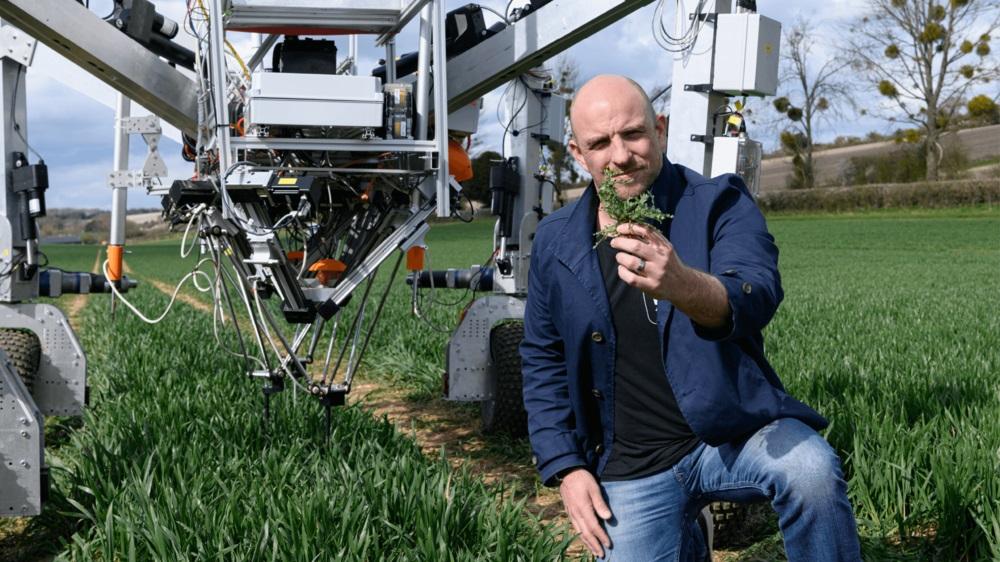 Smart-Robot Company-Gründer Scott-Robinson für seinen maschinellen Unkrautvernichter vor