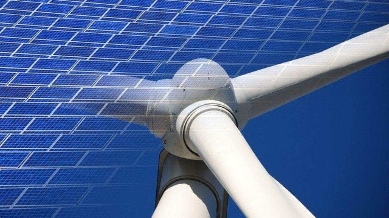 Kombination von Windrad und Photovoltaik