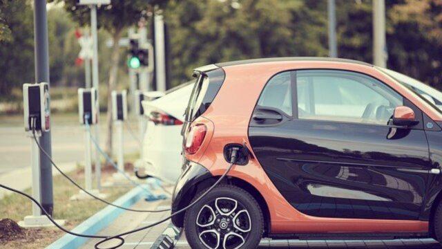Batterie eines Elektroautos tankt Strom an einer Ladesäule