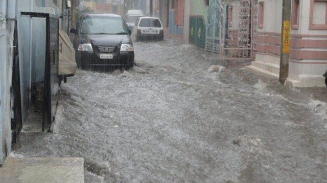 Überflutete Straßen und Keller