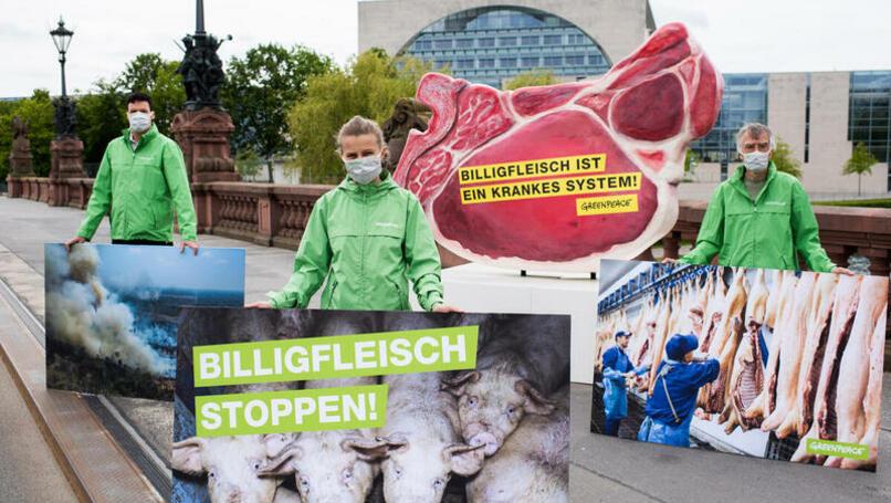 Greenpeace-Aktivisten protestieren vor dem Kanzleramt gegen Billigfleisch
