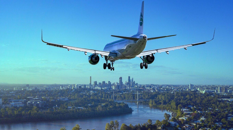 Düsenjet im Anflug auf Flughafen